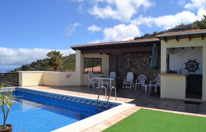 C3479. Quality, spacious house with pool and spectacular views.