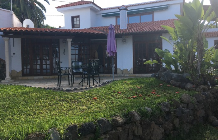 C3480. Detached house with guest house in beautiful gardens.